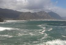 Hermanus Coastline / Stuck between the mountains and the sea, the town gives a feeling of cosiness and in addition to the whales is a mecca for sports enthusiasts, especially mountain biking, para-gliding, surfing and kayaking.