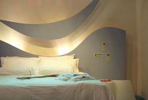 WELLNESS ROOM / Frutto di un progetto di ricerca, la Wellness Room è una camera tipo di concepita a 360° per il benessere degli ospiti: involucro edilizio, distribuzione dello spazio, colori, materiali, ecc. Sono principi compositivi applicabili per ogni categoria di albergo e con ogni stile Approfondimenti: http://www.hoteldesign.org/wellness-room/ http://www.hoteldesign.org/interviste/wellness-room-benessere-negli-alberghi/