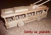 Trolejbusy - dřevěné hračky / Ručně vyráběné české dřevěné hračky pro děti. Hračka vychází ze skutečného českého trolejbusu ŠKODA 14Tr. Je plně pojízdný a má sklopnou trolej na střeše. Je v nabídce sólo hračka, dále v panoramatické dárkové krabici. Dále i s dřevěnou podstavou -  ideální dárek k narozeninám pro řidiče trolejbusů. A ještě na trolejbus můžeme vypálit textové věnování na přání zákazníka. www.soly.cz
