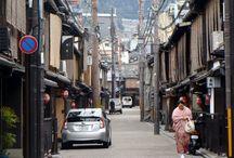 Moja JAPONIA / Jaka jest Japonia? Fascynująca, niepowtarzalna i jedyna w swoim rodzaju. To niezwykłe połączenie tradycji z nowoczesnością, niesamowita synteza natury i postępu technologicznego, wprost genialne przenikanie się powagi ze spontanicznością. Jest pełna paradoksów. Trudna do opisania w kategoriach Zachodu. Samuraj, gejsza, sumo, sushi, origami, ogrody japońskie, zielona herbata, sake z jednej strony a winscap, rolltop, player i inne cuda techniki z drugiej.