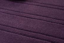 Tapetes Esculpidos / Todos nossos tapetes e carpetes são produzidos e esculpidos em fábrica própria e de maneira semi-artesanal, agregando ainda mais valor e exclusividade a cada peça. Por serem feitos sob encomenda, os nossos produtos saem da fábrica com tamanho, formato e cores escolhidas pelo cliente.