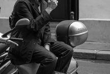 """How to wear… flat caps! / We kennen de flat cap inmiddels al een flinke tijd. Menig jongeman heeft vast ooit voor de grap de pet van opa opgezet en heel hard geroepen """"kijk mij eens, zie ik er zo niet heel gek uit!"""". Nou, zo gek was dat niet van je opa, want hij had groot gelijk! Niet alleen was hij helemaal hipster, het beschermde hem ook nog eens tegen de gure oktoberkou. En ja beste mannen, we verkopen ze weer. Voor 6 euro heb je al zo'n cap te pakken."""