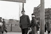 Berlin 1950/51 - Fotografien von Ernst Hahn / Im April 1950 kommt der junge Fotograf Ernst Hahn zum ersten Mal nach dem Krieg wieder nach Berlin. Er streift durch die ihm weitgehend unbekannte Stadt. Immer mit dabei ist seine Kamera. Im Frühjahr 1951 wiederholt er die Reise und setzt sein fotografisches Tagebuch fort. Alle 275 Fotografien gibt's bei ullstein bild.