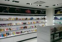 Naše parfumerie a odběrná místa / Objednané parfémy, kosmetiku a další produkty si můžete vyzvednout osobně na některém z našich výdejních míst. Platit můžete hotově nebo předem bankovním převodem či platební kartou přímo na odběrním místě.  Využít můžete také našich obchodů, kde si můžete vybrat ze stovek produktů bez předchozí objednávky.  http://www.parfums.cz/osobni-odbery/