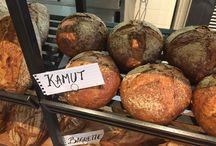 Onze producten / Wij bakken brood van eigen gemaakt deeg. Daarbij kiezen we voor zuivere grondstoffen, zonder toevoeging van hulpstoffen. We bereiden ons deeg met respect voor het oude ambacht.