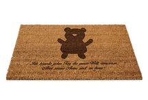 Fußmatte / Eine wunderschöne Fussmatte Kokos aus dem Hause Mr. & Mrs. Panda - Die Fussmatte wird sehr aufwendig graviert. Dieses besondere Fertigunsverfahren mit Naturmaterialien wurde von uns entwickelt und ist einzigartig.
