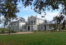 Gostomia - Pałac / Pałac w Gostomii zbudowany w poł. XIX w. przez rodzinę Jackowskich. Lata powojenne przyniosły aż do 1993 roku powolną i systematyczną dewastację. Pałac wraz z parkiem był w tym czasie użytkowany przez Państwowe Gospodarstwo Rybne. W 1995 roku majątek znów trafił w posiadanie właścicieli prywatnych. Ci podnieśli zabytek z ruiny i przywrócili mu historyczny charakter.