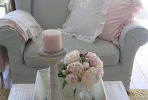 Stijl romantisch wonen - Anders Style / Een romantische woonstijl heeft invloeden vanuit de Engelse cultuur en gaat gepaard met kleurige bloemenprints en pasteltinten. Accessoires in deze stijl zijn onmisbaar, net als opgeknapte antieke meubels. Veel gebruikte accessoires in een romantische woonstijl zijn kussens, plaids, verse snijbloemen, spiegels, tapijten en kaarsen. Daarnaast zijn kroonluchters en barokstijl fotolijstjes onmisbaar.