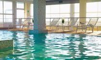 Piscine  / Le piscine sono tre, due esterne e una interna. La prima all'aperto è lunga 25 mt e ha una corsia dedicata al nuoto, dove durante l'estate vengono anche organizzati mini corsi con istruttori qualificati. L'altra è dedicata ai più piccoli, ha l'acqua riscaldata e lo scivolo gonfiabile per farli divertire. La terza piscina, al 6° piano accanto al centro benessere, è perfetta per il relax dopo un massaggio o una sauna.