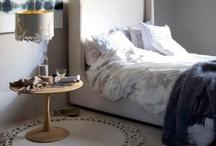 makuuhuoneen matto, verhot, lamput