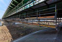 Przebudowa drogi S8 w Warszawie / W październiku 2013 w Warszawie rozpoczął się II etap przebudowy drogi ekspresowej S8 na odcinku: węzeł Powązkowska – węzeł Modlińska, o długości 4,6 km. W ramach projektu nasza firma dostarcza m.in.: rusztowanie podwieszone zewnętrzne oraz platformę podwieszaną z elementów systemów BRIO i  MK do prac remontowych na moście Grota-Roweckiego