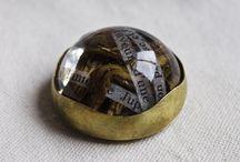 Uni - verso. Joyería contemporánea / Semiesferas que atrapan diversos elementos y palabras, dentro de un broche para llevar..