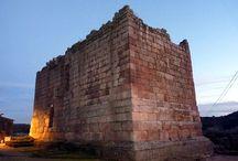 Idanha a Velha / Idanha a Velha fue Egitania durante la época romana y visigoda. De su importancia nos habla el rico patrimonio que nos ha llegado como sus anchas murallas, el castillo, el puente sobre el río Ponsul y la catedral visigoda, única en su género en la Península Ibérica.