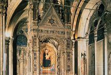 Церковь Орсанмикеле, Флоренция / Церковь Орсанмикеле. Орсанмикеле (итал. Orsanmichele, Or San Michele) — церковь во Флоренции, уникальное по своей форме и значению архитектурное сооружение. Этот дворец выполнял двойную функцию городского зернохранилища и храма. Орсанмикеле была построена в период с 1337 по 1350 гг. Название церкви произошло по имени женского монастыря VIII в., который находился на этом месте и назывался «Сан-Микеле в саду».
