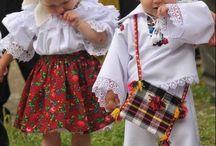 Costume populare pentru copii mici.
