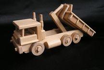 Nákladní auta - hračky ze dřeva / Dřevěné hračky nákladní vozidla máme v provedení sklopky i s výklopným kontejnerem. Při konstrukci se vycházelo jak ze značky Liaz tak i Tatra. Jedná se o odolné hračky vhodné i na písek venku. Skladem