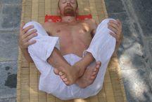 Come usare il tappetino Shakti Mat / Shakti Mat può essere utilizzato per alleviare il mal di schiena, i dolori al collo o alle spalle. Può anche essere usato però per rilassarsi o per meditare. Scopri le varie posizioni