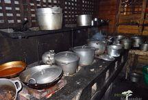 Essen & Trinken in Madagaskar / Madagaskar bietet ein großes Angebot an Gastronomie. Obst und Gemüse wächst in großen Mengen und in allen möglichen Arten auf der Insel im Indischen Ozean. Gewürze wie Pfeffer, Vanille, Ingwer, Nelken oder Lebensmittel wie Kakao und Rum sind nur einige der vielen Schätze Madagaskars. Die Küche basiert meistens auf Reis - Reis ist das Grundnahrungsmittel der Madagassen.