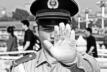 Machtsmisbruik / Dit is een bord waarin wordt uitgebeeld dat de politie zich niet altijd aan de wet houdt