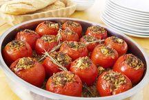 Tomates recheados com ovo poche.