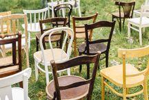 Vintage Dekoration / Warum nicht mit tollen Vintage Tischen schöne Highlights setzen?! Ob als Candy Bar, für das Kuchenbuffet oder als Geschenketisch... Vintage Stühle in verschiedenen Formen und Holztönen sind perfekt für Bohemian Weddings