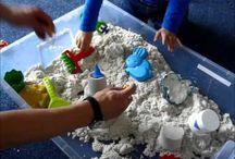 Modelovací písek - Modelling sand CREALL / Vyrobeno v Nizozemí, EU - Made in Holland. Skutečně zdravotně nazávadní písek s vlastnostmi, které nadchnou dítě i dospěláka! :) Písek lze snadno tvarovat a v boxu z Ikea dobře funguje hrací plocha.
