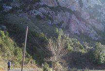 Sentier cathare et randonnées pédestres autour de Peyrepertuse et Quéribus / Le sentier cathare serpente à travers châteaux, vignes et garrigues.