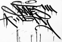 Tags / es una técnica sencilla y que demanda muy poco tiempo para realizarla.lo que buscaban los grafiteros con esta técnica era dejar su nombre o marca lo mas legible posible.  Fuente: http://www.tiposde.org/arte/1047-tipos-de-graffitis/#ixzz4QOQdcTVK