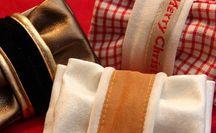 giftpackaging / SlooPack ist eine patentierte Geschenkverpackung/ Schleife. SlooPack kombiniert hochwertiges Erscheinungsbild und einfache Handhabung zu einem völlig neuartigen Verpack- und Schenkerlebnis. SlooPack kann immer wieder verwendet und weiter verschenkt werden. Es besteht aus zwei Teilen, einem Schlauch und einer Banderole, die ineinander geschoben werden. Jetzt nur noch das Geschenk in den Schlauch schieben, falten, fertig … verschenken und freuen. z.B.für Geschenkgutscheine, Packaging for Giftcards
