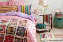 Bestemors hus / Fargerikt- mye tekstil - heklet - hjemmelaget - hjemmestrikket - personlig