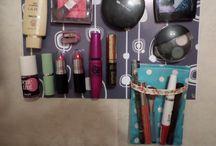 Paneles magneticos para maquillaje / Evitá que tu maquillaje se parta al caerse y encontrá tus productos rápidamente! Gracias a estos paneles podes imantar tus maquillajes y tenerlos siempre a mano. Ideal para colgar en las paredes del baño y ahorrar espacio. Originales y desestructurados, admiten variedad de colores, diseños y tamaños. Varios modelos prediseñados! Cada panel incluye una bolsa magnética, 6 imanes medianos y 5 pequeños, pegamento, tornillos y tarugos para fijacion