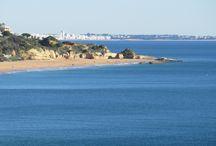 Videos Sehenswürdigkeiten Algarve Portugal / Mit Sehenswürdigkeiten sind weniger Historische Gebäude gemeint, denn gerade die Natur der Algarve gehört dazu. Auch Spaziergänge durch die von Touristen frequentierten Ortschaften gehören in diese Kategorie