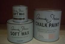 Annie Sloan pakketten / Annie Sloan pakketten zijn er in 2 soorten. Annie Sloan pakket 1 is één liter verf naar keuze één Soft Wax 500 ml en één Dark Wax 120 ml. Annie Sloan pakket 2 is één liter verf naar keuze, één Soft Wax van 500 ml, één Dark Wax van 120 ml en een Annie Sloan kwast nummer 8.