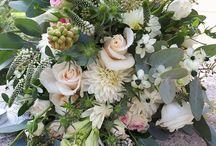 Menyasszonyi csokrok élő virágból. / Kedves Menyasszonyok!  Ezen a táblán élővirágból készült menyasszonyi csokrokat mutatunk Nektek. Ezeket a csokrokat mind szalonunk partnere a Mandy virág készítette. Árakról, virágdekorációról érdeklődhettek szalonunkban is, vagy keressétek a Mandy virágot facebookon. Dekorációs ajánlatot kérhettek az infonefelejcseskuvo.hu emailon Kellemes időtöltést:Judit és Anikó