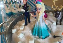 Frozen Birthday Party Ideas / Fantastic Disney Frozen birthday party ideas, including Frozen cakes, cupcakes, Frozen themed treats, Frozen printables, decorations, party favors, and party activities.
