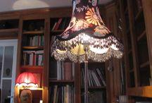 Les lampes tissu tendu de l'atelier du Pavé / A l'Atelier du Pavé  nos lampes sont conçues avec des abat-jour sur mesure en tissu qu'ils soient cousus ou contrecollés. Les pieds de lampe, souvent chinés chez des brocanteurs ou antiquaires, sont en bois patinés à l'ancienne ou en bronze.  Leur forme traditionnelle s'accorde parfaitement à un mobilier élégant et des tissus nobles dégageant une atmosphère feutrée et chaleureuse.