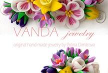 joyas y flores en porcelana fria