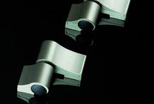 Loira+ / Cerniera ad appoggio in alluminio estruso, disponibile nelle finiture ossidate e verniciate o grezza, in versione a due o tre ali, con regolazioni tridimensionali micrometriche ed indipendenti, eseguibili a porta chiusa da un unico operatore. Certificata secondo gli standard più elevati previsti dalla norma CE EN 1935:02 ed antieffrazione SKG ENV 1627. A completamento di gamma è disponibile un kit di fissaggio con speciali viti autofilettanti, utilizzabile su profili a taglio termico.