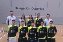 Bádminton / El Bádminton es un deporte de raqueta en el que dos jugadores se enfrentan (individuales o singles) o dos parejas (dobles).  Mis dos clubes el Club Bádminton Oviedo www.badmintonoviedo.com y el Club Bádminton Riosa.