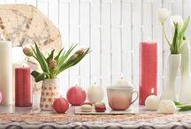 Déco spéciale Fête des mères / Entre raffinement et sophistication, nos bougies rondes et nos bougies cylindriques se parent d'un voile de Soie…   Des bougies d'ambiance en finition striée pour une décoration intérieure aux mille éclats…