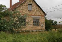 Eladó kis házikó Szatymazon / 1984-ben épült,családi okok miatt félkészen maradt, téglából épült családi ház 49.5 m^2-es alapterülettel+30 m^2 padlástér beépítési lehetőséggel Szatymazon, Csongrád megyében tulajdonostól eladó