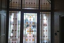 Ólomüveg bejárati ajtó betét / http://hu.sooscsilla.com/magan-vallalati-olomuveg-ablak-ajto/ http://hu.sooscsilla.com/portfolio/nagypolgari-szines-olomuveg-bejarati-ajto-ablak-betetek/