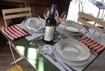 Bistrot / Al Cafè 19.26 si può mangiare sapendo che non è, e non vuole essere, un ristorante né una trattoria ma un piccolo bistrot che propone, a prezzi contenuti ed accessibili a tutti, salumi, primi piatti, foie gras, insalate, formaggi e dolci con una selezione di vini toscani, bollicine italiane e champagne, serviti tra libri, tavolini di ferro e vetrate a specchi che ricordano i vecchi locali di Firenze Capitale con l'atmosfera affascinante e gioiosa rubata a Montmartre.