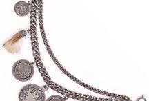 Trachten Charivaris / Trachtencharivaris stehen in großer Tradition und auch heute noch werden sie gerne als zierendes Accessoire eingesetzt, traditionelles Brauchtum und zeitgemäßes Design treffen hier aufeinander. In Altsilberoptik angefertigt und mit Münzen, Medaillen, Grandeln und anderen traditionellen Anhängern verziert, strahlen diese Charivaris einen besonderen Reiz aus.