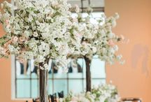 WEDDING DECOR. / Flowers / Vision : Bold, lush, modern, chic, luxurious, fresh, spring. Colours: fuschia, coral, peach, blush. White decor with gold accent.