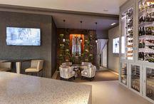Revestimiento para Bar Six de Puerto Banús por Serastone / Revestimiento de pared, en el Bar Six de Puerto Banús, con placas de piedra y DM en óxido. Se han incluido jardines verticales para crear esta espectacular pared vegetal en la que en su interior hay una fuente japonesa de 2m de altura.