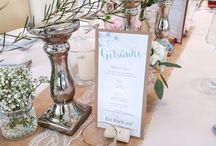 Menükarten / Passend ins Gesamtbild Eurer Hochzeit gibt es auch die Menü- und Getränkekarten. Sie geben nicht nur Information, sondern gliedern sich perfekt und die Tischdekoration ein.
