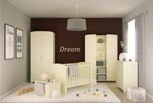FRESCA CREMA - kolekcja mebli dla dzieci / Uniwersalna, kremowa kolekcja z delikatnymi frezami może stanowić doskonałe dopełnienie pokoju dziecięcego, w którym mnogość barw zapewniają kolorowe zabawki. Te meble mogą być także podstawą do stworzenia własnej i niepowtarzalnej kolekcji, np. dzięki zastosowaniu wybranych przez Dziecko naklejek.