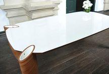 Stół VIS @VIS / Stół z funkcjonalnymi pojemnikami na ulubione gadżety w zasięgu twojej ręki. Pojemnikami są nogi stołu z wkładkami z corianu. Dzięki temu mogą służyć jako wazony na cięte kwiaty. Konstrukcja ze sklejki foliowanej.   Projektant: Ryszard Mańczak, stół VIS@VIS, 2012, do kupienia na www.nowymodel.org