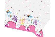 My Little Pony Doğum Günü Süsleri / Arkadaşlıklar sihirlidir My Little Pony çizgi filim karakterlerinin resimlerinden tasarlanmış parti malzemeleri ile doğum günü partilerinizi süsleyebilirsiniz. Sevimli karakterler Rainbow Dash, Pinkie Pie ve daha fazlası doğum günü organizasyonlarınıza renk katacaklar.  Doğum günü parti süslerinizi bir servet harcamadan partistore.com 'un geni ürün yelpazesini inceleyerek satın alabilirsiniz.